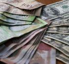 Bolivares-y-dólares en mesa