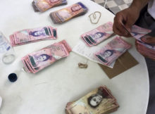 Contando billetes bolívares
