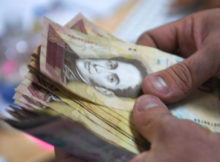 Contando billetes de 100 bolívares